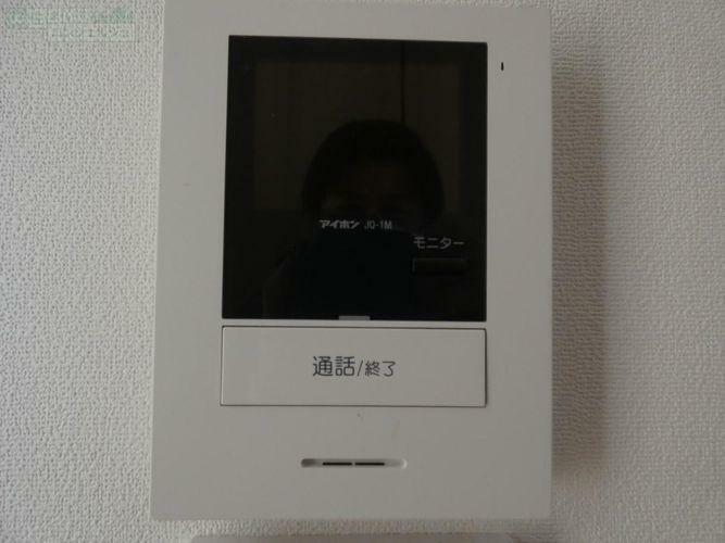 防犯設備 《テレビモニター付きインターフォン》室内に居ながら確認できるので、お子様がお留守番の際にも安心です。