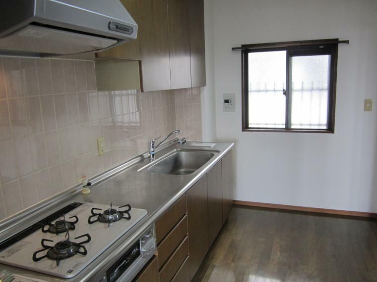 キッチン ●窓のある明るい独立型キッチン!●ガスコンロ・換気扇・混合水栓、交換済み!