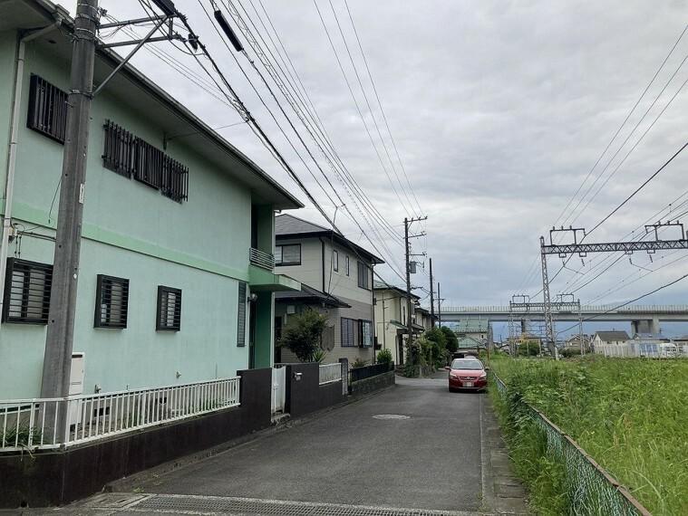 外観写真 前面道路は、見通しの良い道路です。