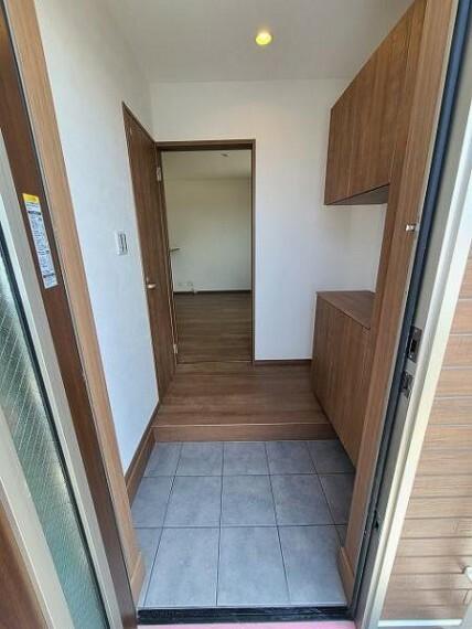 玄関 ディスプレイも楽しめるカウンタータイプの玄関収納