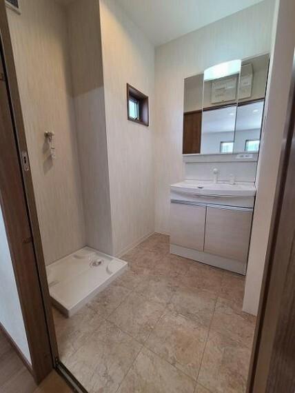 脱衣場 少し広めの洗面室が嬉しいですね。
