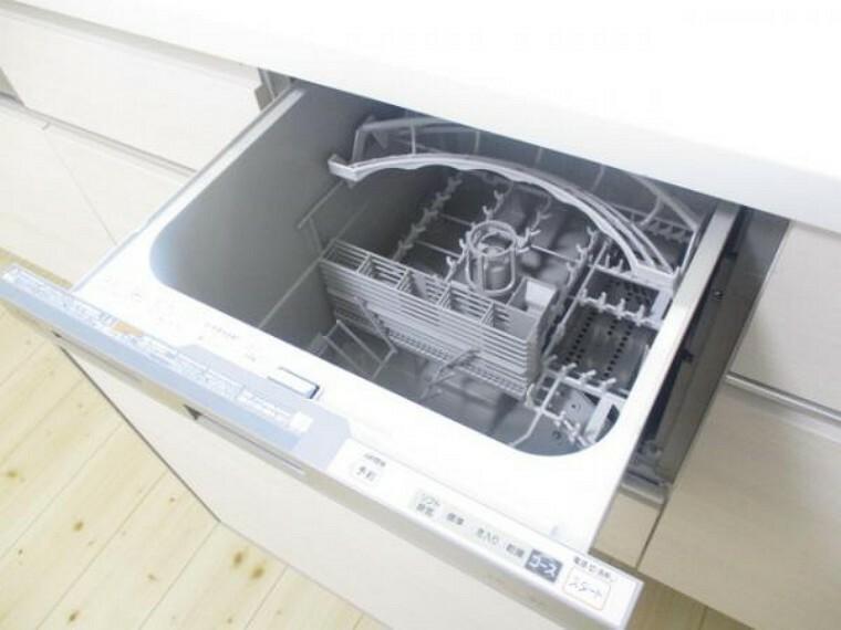 【同仕様写真】キッチンには食器洗浄機を設置予定。奥様の家事の負担を減らすことができる設備なので嬉しいですね。新品のキッチンなので清潔感があります。ワークトップは人工大理石となっていて素敵です。