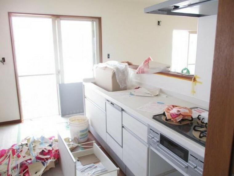キッチン 1階キッチンはハウステック社の新品型キッチンを設置予定。扉やインテリアに合わせやすい人工大理石のワークトップでとてもおしゃれです。奥様の味方、食洗器も設置予定。