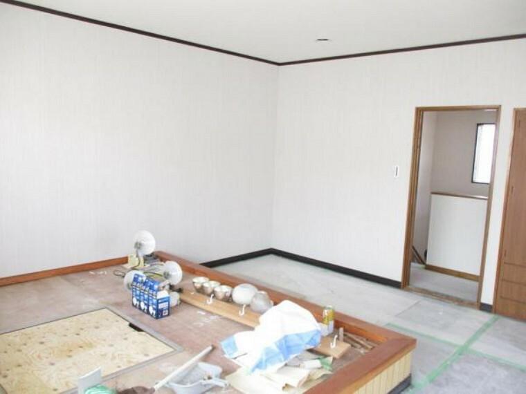 3階12帖洋室の様子です。畳4.5帖スペースがあります。これからクロス張替え、床はピッカピカのワックスをかけていきます。