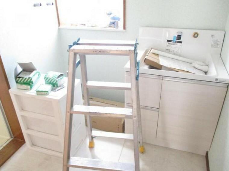 洗面化粧台 2階脱衣所の様子です。洗面化粧台は新品交換します。壁クロスは少しデザインを変更予定です。