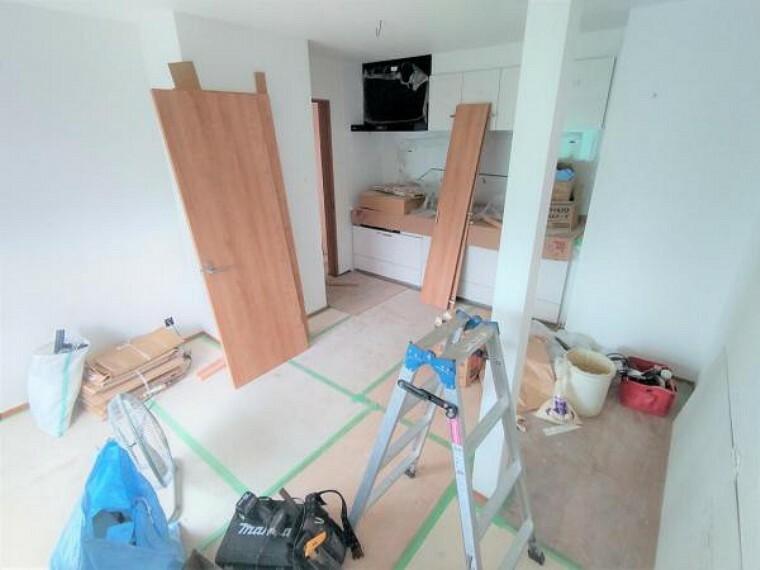 居間・リビング 【リフォーム中】Dk部分は、既存の押し入れを解体し部屋に取り込みます。キッチンの設置場所も変更し、少しでも広くスペースがとれるよう工夫します。