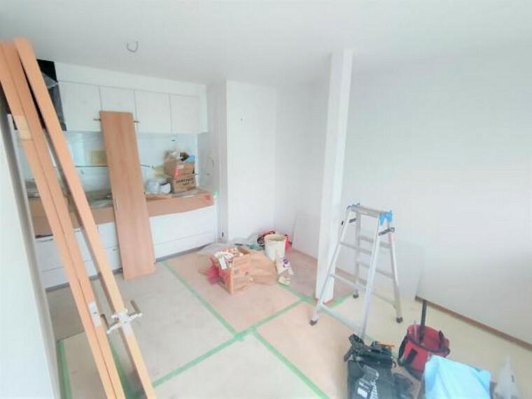 居間・リビング 【リフォーム中】DKと東側の洋室との間には間仕切り壁を新設します。床はフローリング施工、壁と天井のクロス張りを行っていきます。