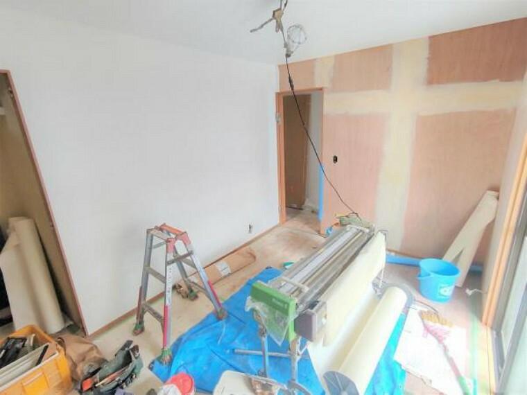 【リフォーム中】1階東側洋室はクロス張り、床はフローリング施工します。現在、床の下地からやり替えています。