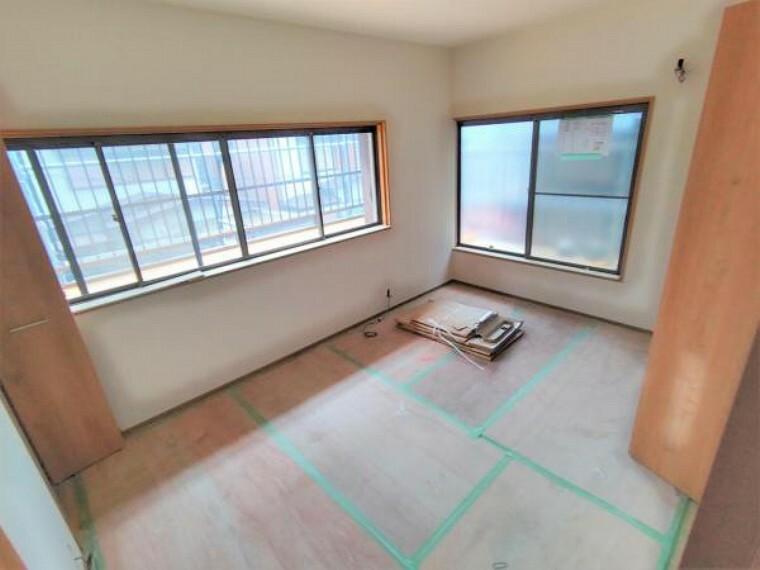 洋室 【リフォーム中】2階東側和室は洋室に変更します。床はフローリング施工、壁と天井はクロスを貼って仕上げます。
