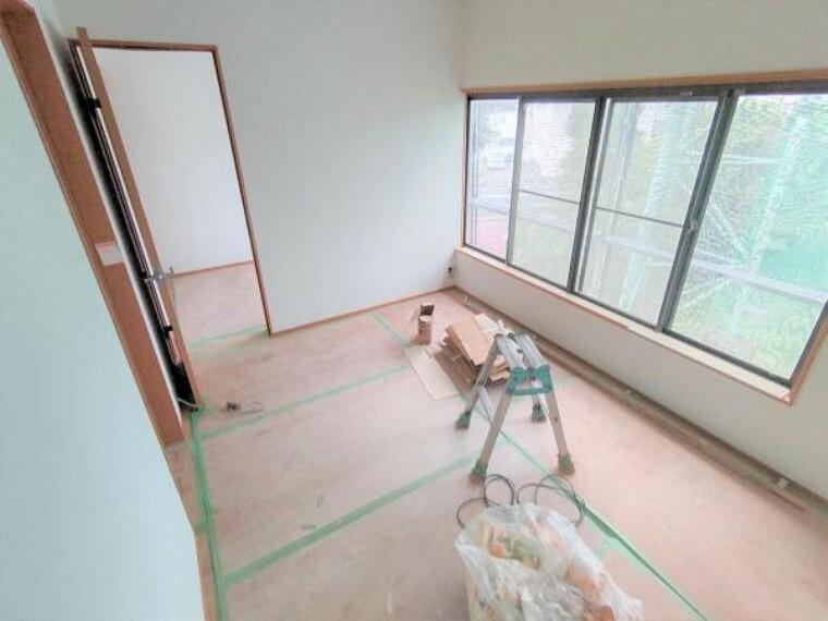 【リフォーム中】2階西側洋室は壁と天井のクロス張替、床はフローリング施工しました。西側はゴルフ練習場で開けているため日当たり良好です。