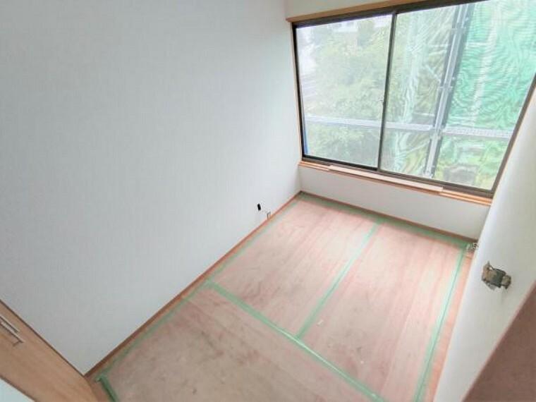 洋室 【リフォーム中】2階にある納戸は約3畳の広さがあります。窓もありますので、収納部屋だけではなく、書斎や趣味の部屋として使うこともできますよ。