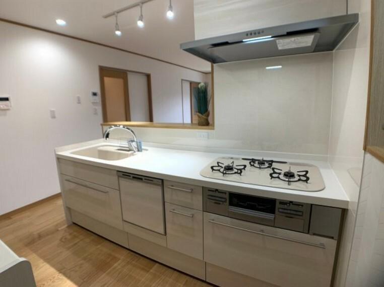 同仕様写真(内観) 同社施工例システムキッチンで快適お料理時間を