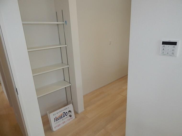 収納 キッチン横の収納スペースは重宝すること間違いなしです。