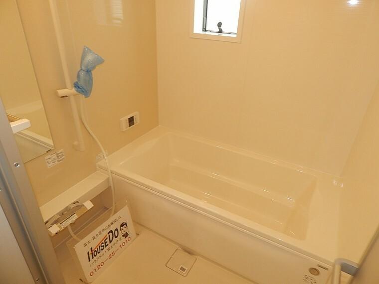 浴室 浴室は、一番人気の広々1坪タイプ。お子様とのお風呂も狭さでストレスを感じることなく入浴できますね。浴室乾燥機で悪天候でも洗濯物も干せます。24時間換気機能でカビ対策もでき、また嬉しい暖房機能付き!