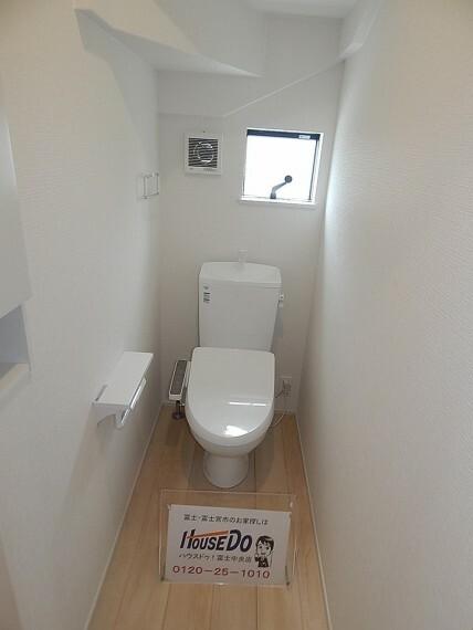 トイレ 戸建ならではの1階、2階にトイレを完備。 自動センサーでトイレの蓋が開きます。