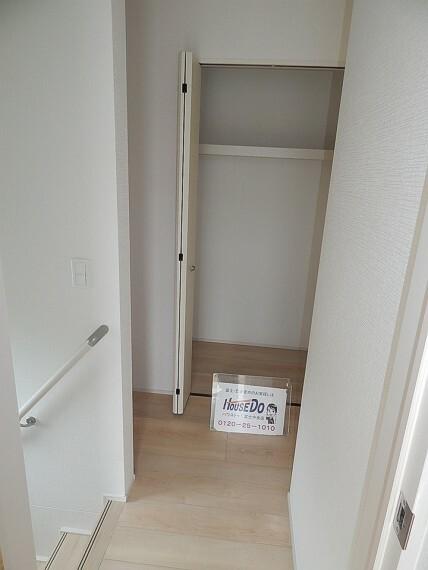 陽が入る明るい廊下です。2階にもトイレがあり、各お部屋からすぐにトイレを使うことができます。