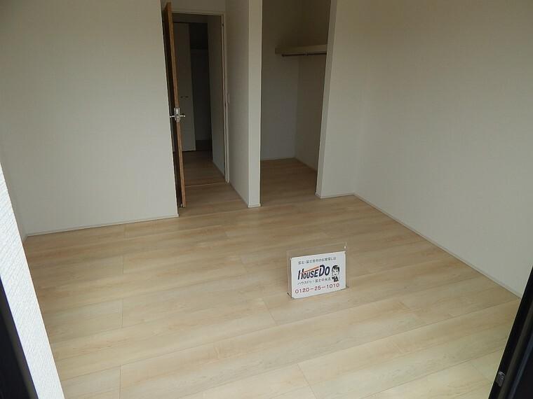 洋室 気になる収納スペースは全居室に完備!広々としていてお客様に大変喜ばれています。