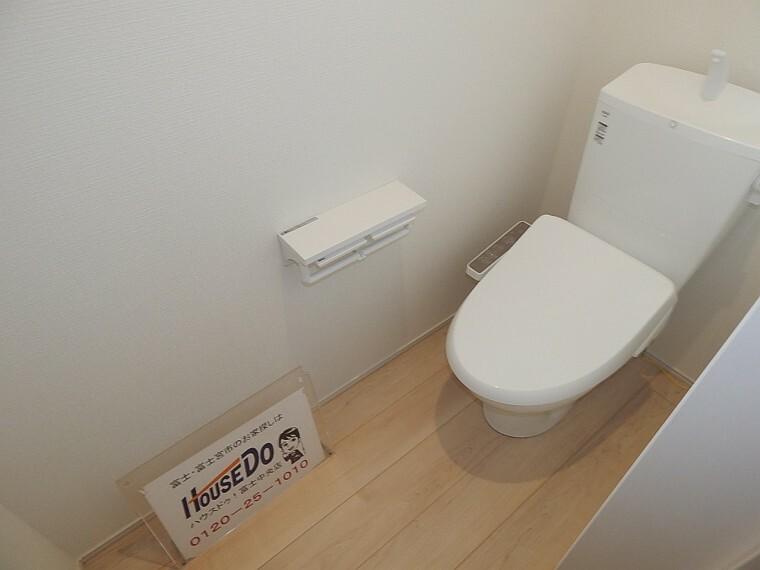 トイレ 壁一体型の収納により空間を広くお使い頂けます。 戸建ならではの1フロアにつき1トイレ!順番を気にせず使える快適ポイント。