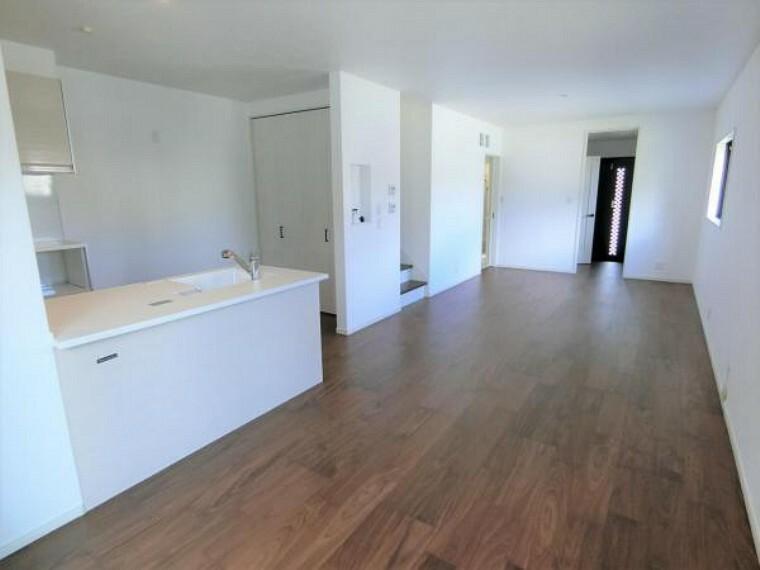 居間・リビング ゆったり19.25帖のリビング。家具の配置もしやすい形状で、家族でゆったり過ごせます。大きなソファーも置けます!
