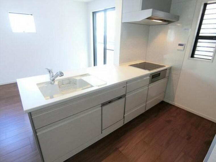 キッチン リビングを見渡せるカウンターキッチン。食器洗い乾燥機つき。