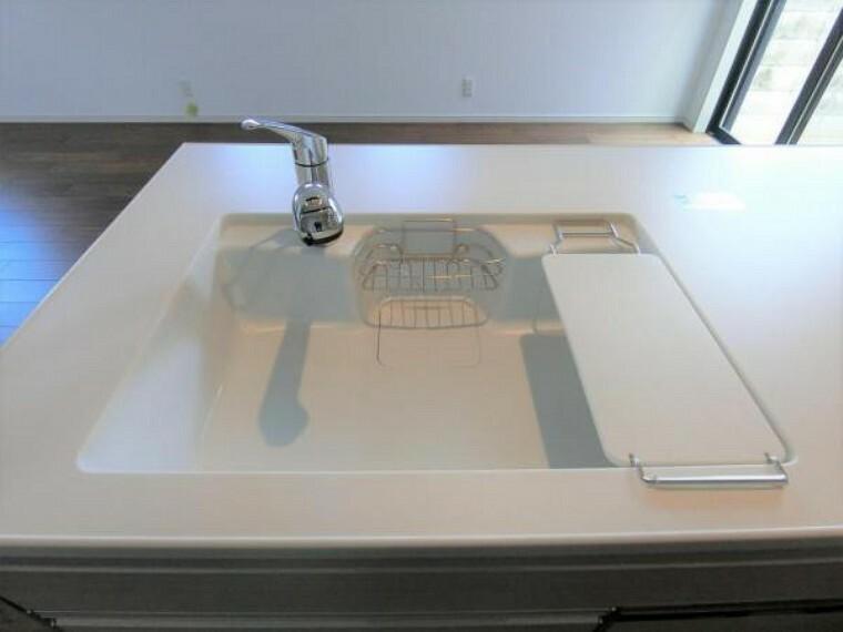 キッチン システムキッチンは人工大理石仕様の静音シンクを採用!