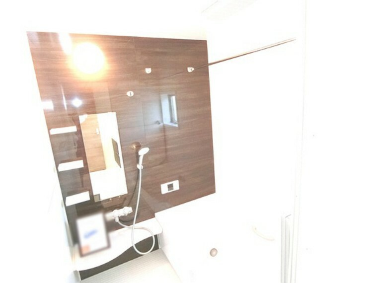 浴室 木目調の壁は、心安らぐ空間を演出します。