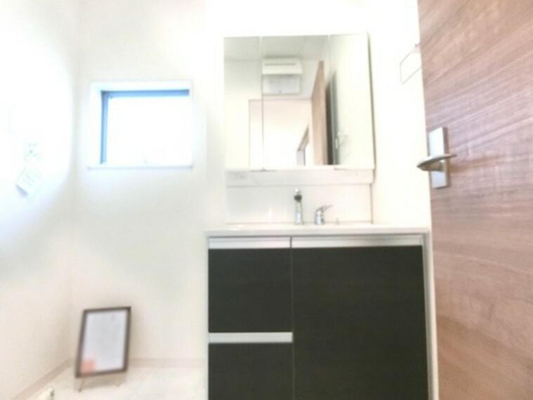 洗面化粧台 洗面室には窓があるので換気も良好です。