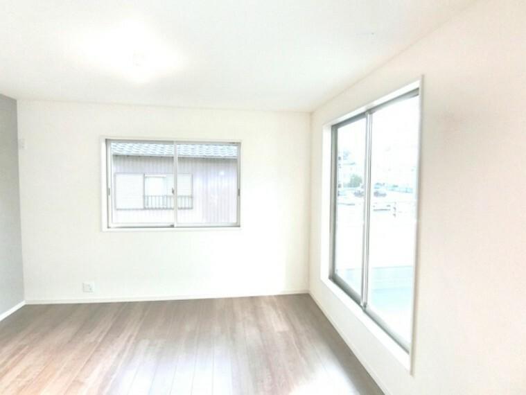 寝室 約8.2帖の洋室は、広さに加えて豊富な収納スペースも確保。
