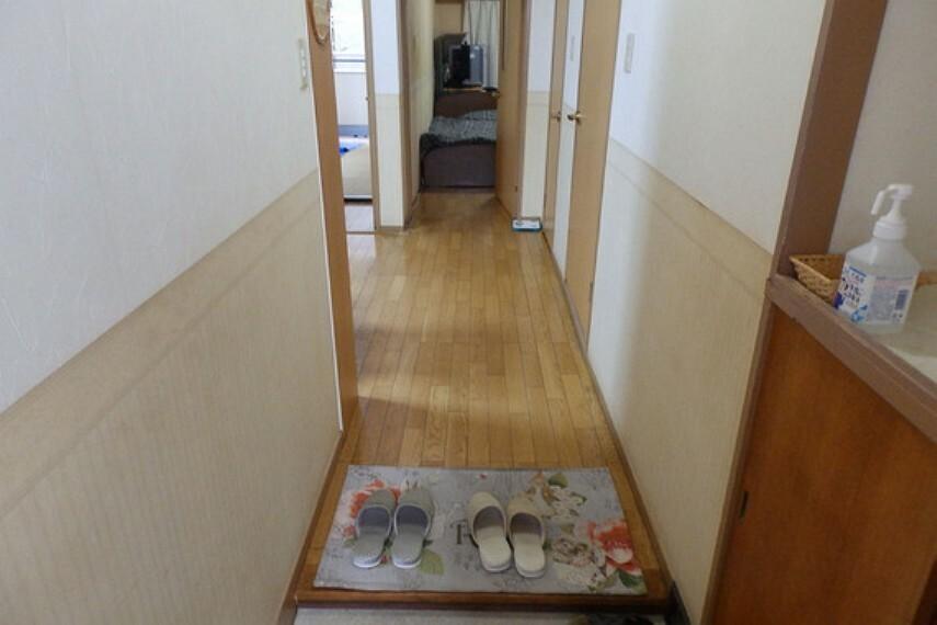 玄関 物件の玄関です。靴棚の上には、小物等の収納スペースがございます。
