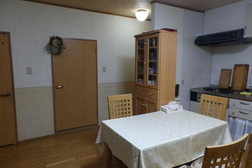 居間・リビング 家族で食卓を囲むことができるLDKです。洗面室やトイレなどの水回りに直結しています。
