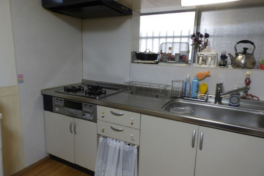 キッチン キッチンには、廊下に面した窓がございます。また、ガスコンロは3口ございます。