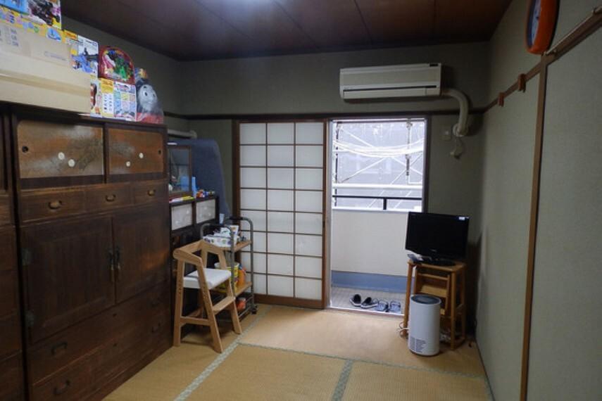 南側バルコニーに面した和室です。