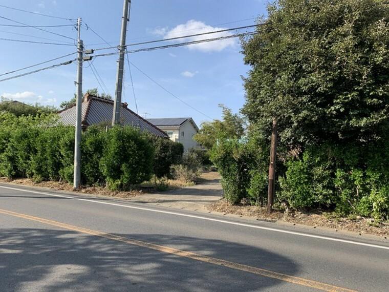 現況写真 国道356線沿いの100坪超の広い敷地。 確定測量、分筆登記後建物解体更地渡しです。
