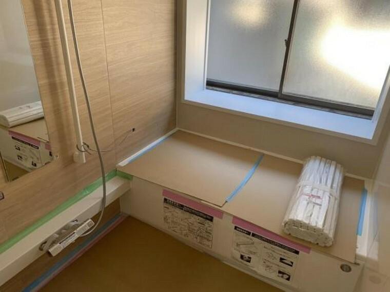 【リフォーム中9/10撮影】浴室はハウステック製の新品のユニットバスに交換します。通常よりも大きな1.25坪サイズのお風呂で、1日の疲れをゆっくり癒すことができますよ。