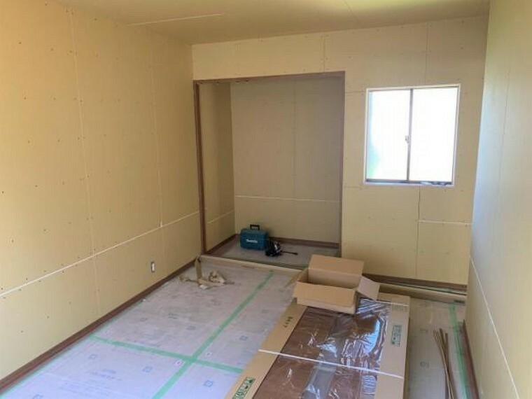 【リフォーム中9/10撮影】1F8帖洋室です。壁・天井クロスの張替え、フローリングの重ね張りを行います。クローゼットも新設予定です。