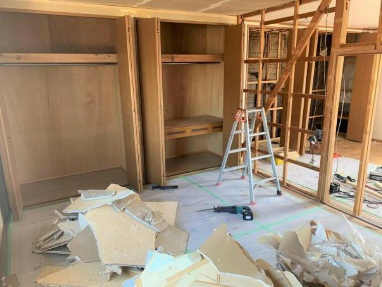 【リフォーム中9/10撮影】12帖洋室です。壁・天井クロスの張替え、床はクリーニングを行います。