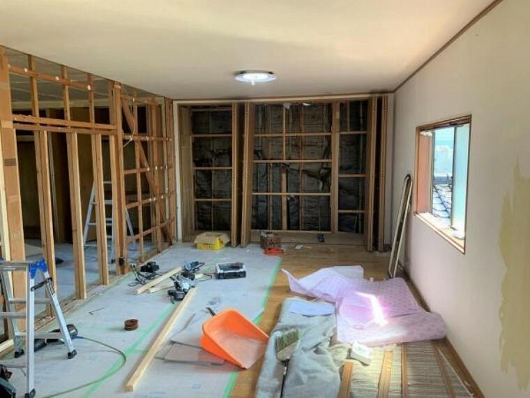 【リフォーム中9/10撮影】16帖洋室です。壁・天井クロスの張替えを行います。床はクリーニングを行います。