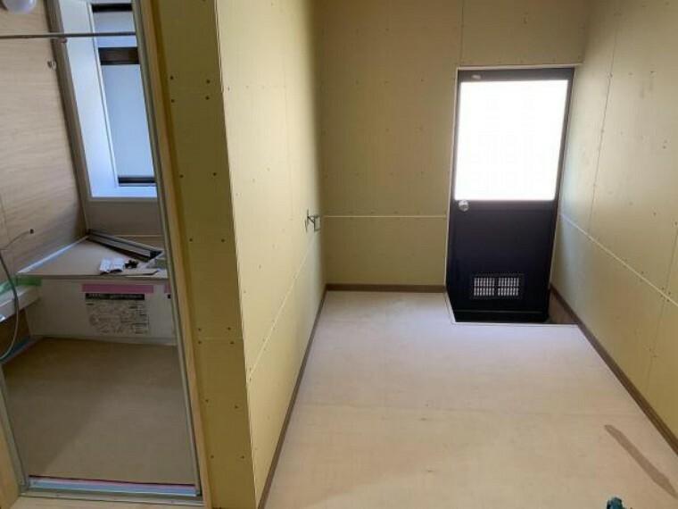 【リフォーム中9/10撮影】洗面脱衣場です。床の枠を作り直してスペースを拡張する予定です。