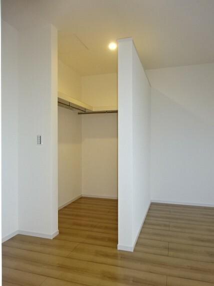 収納 主寝室:ウォークインクローゼット《 現地写真 》現地見学や詳細は 株式会社レオホーム へお気軽にご連絡下さい。