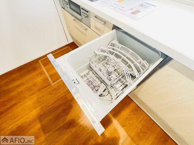 キッチン 人気の食洗器付きでママの家事負担も軽減。
