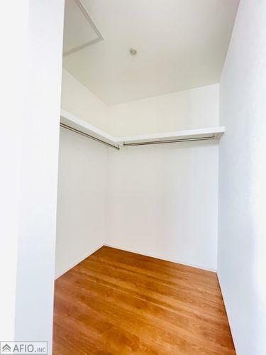収納 大きなウォークインクローゼットには、季節物の衣類などまとめて収納でき、お部屋を広く使えます