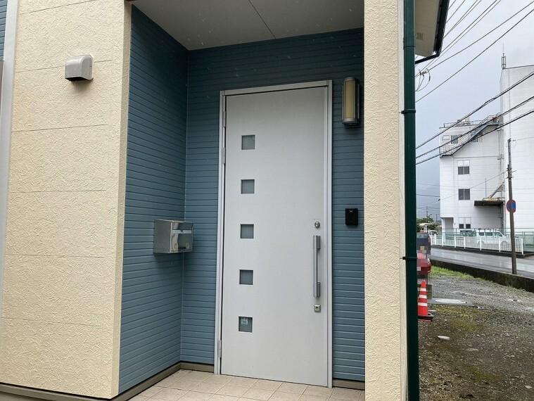 現況写真 爽やかなブルーのアクセントカラーが素敵な玄関