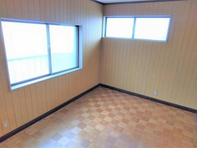 リフォーム中 2階北西側6帖洋室 床フローリング重ね張り・壁クロス張替・照明器具交換・火災報知機設置。 室内には2面の窓があり明るく広々とした印象のお部屋。ご夫婦の寝室にいかがですか?