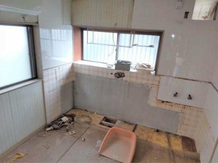 リフォーム中 1階北側5帖洋室 床フローリング重ね張り・壁クロス張替・照明器具交換・火災報知機設置。キッチンの位置を移動するため、5帖の洋室になります。2面の窓からはあたたかな陽射しと心地いい風を確保。