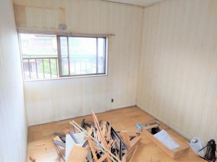 リフォーム中 2階東側6帖洋室 床フローリング重ね張り・壁クロス張替・照明器具交換・火災報知機設置。 「そろそろ1人部屋が欲しい」そんなお子様の願いも叶えてあげられそうですね。子供部屋にいかがですか。