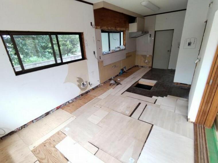 キッチン 【リフォーム中写真9/19撮影】既存キッチンは解体し、新品システムキッチン設置します。収納力のあるキッチンなので、ご家族の食器やお料理器具をまとめて収納できます。食器棚を設置する必要がないのでキッチン周りを余分に圧迫しません。