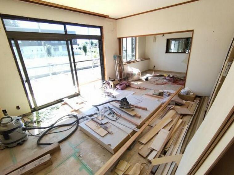 居間・リビング 【リフォーム中写真9/19撮影】リビングはキッチンと合わせ約20帖の広々としたLDKです。天井・壁のクロス・床材張替え予定です。LDKを仕切れる建具があるので便利です。