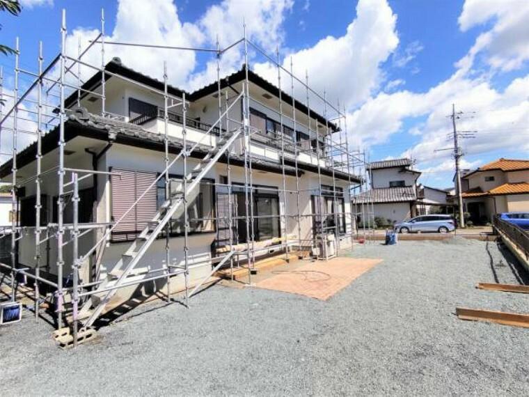 外観写真 【リフォーム中写真9/19撮影】外観別アングル写真です。屋根、外壁塗装を行うことで見栄えも大きく改善していきます。南向きで陽当たりの良い3LDKの住宅です。