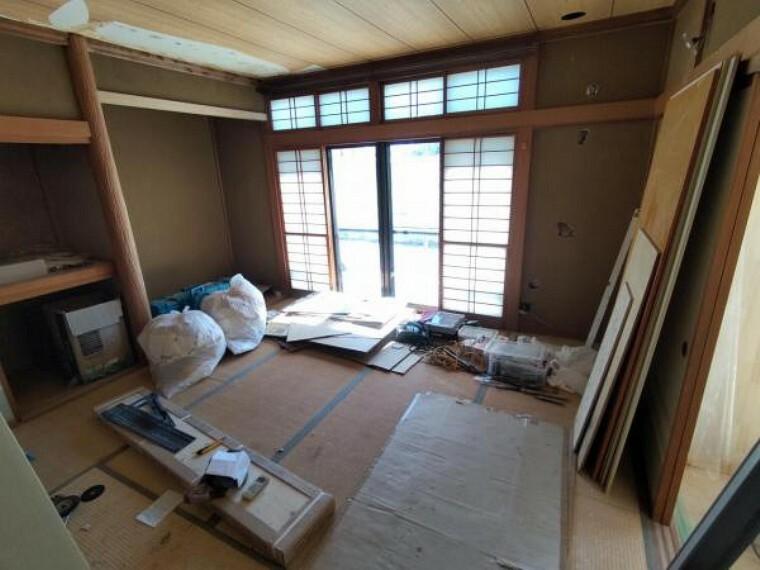 【リフォーム中写真9/19撮影】1階和室写真です。畳は表替えを行い、天井・壁はクロスに変更していきます。お客様がいらした際の客間として活用されるのも良いですね。