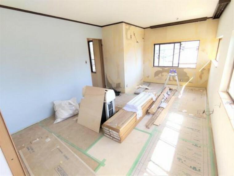 【リフォーム中写真9/19撮影】2階東側洋室は約11畳帖の広いお部屋です。主寝室としてお使いいただけます。天井・壁のクロス、床材えの張替えを行います。一部アクセントクロスを張り、細部までこだわったお部屋に仕上げていきます。
